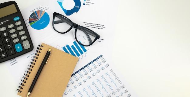 Contador de negócios trabalhando com documentos e calculadora na mesa de escritório branca, vista superior