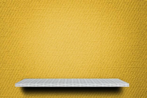 Contador de prateleira de tecelão vazio no fundo de papel amarelo