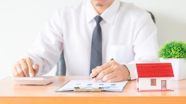 Contador do homem de negócios ou do advogado que trabalha o investimento financeiro no escritório