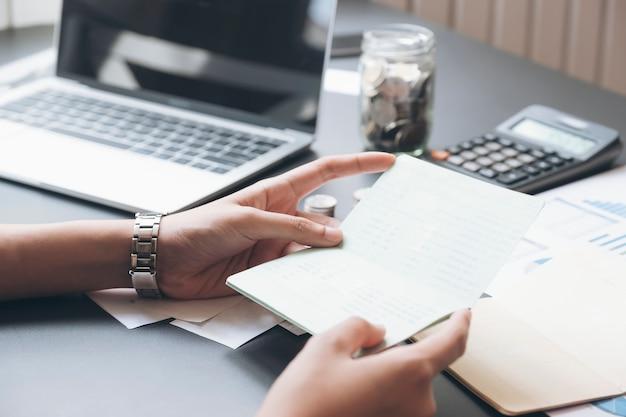 Contador mãos segurando poupança caderneta de conta, banco de livro.