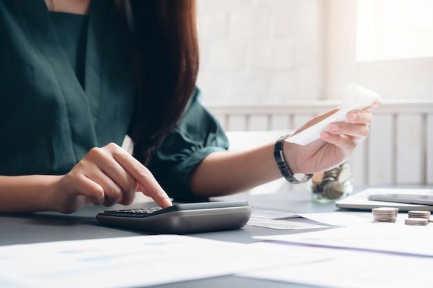 Contador ou banqueiro calcular a conta em dinheiro.