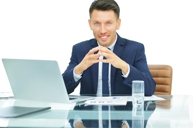 Contador sentado na frente de um laptop aberto.