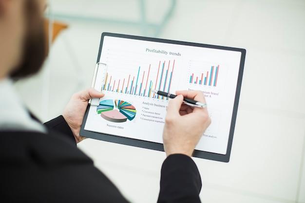 Contador trabalha com gráficos financeiros.