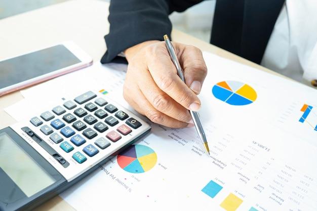 Contador trabalhando e analisando projetos de relatórios financeiros