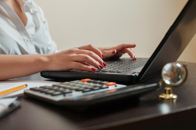 Contadora com as mãos no teclado closeup