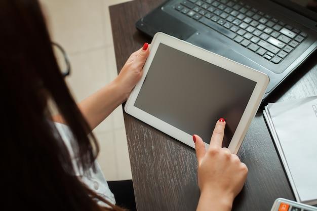 Contadora feminina com mãos segurando o tablet pc