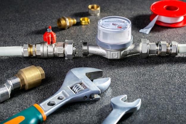 Contadores de água e ferramentas para encanamento. equipamento sanitário.