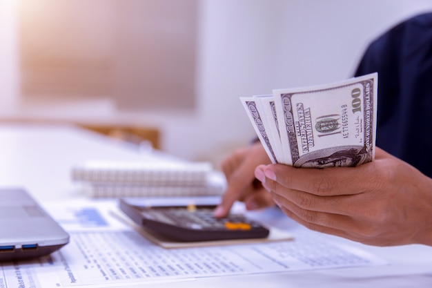 Contadores de negócios ou banqueiros realizam cálculos de economia.