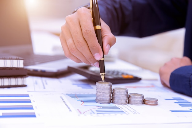 Contadores de negócios ou banqueiros realizam cálculos de poupança, contabilidade financeira.