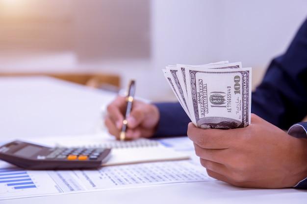 Contadores ou banqueiros realizam cálculos.