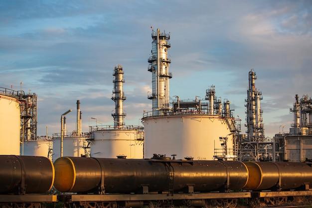 Container on train rail way on está aguardando enviado para o porto esta imagem para importação e exportação de petróleo