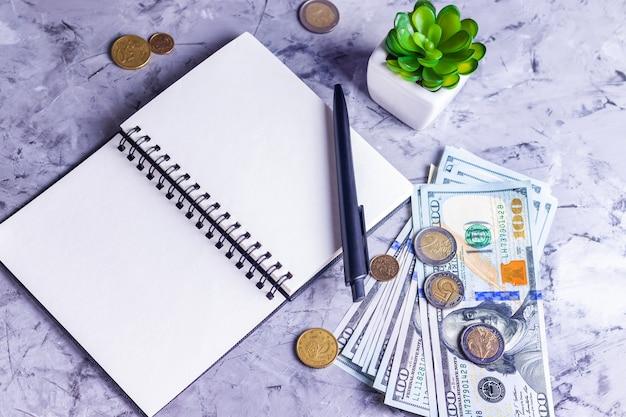 Contando o dinheiro do orçamento familiar em um fundo amarelo