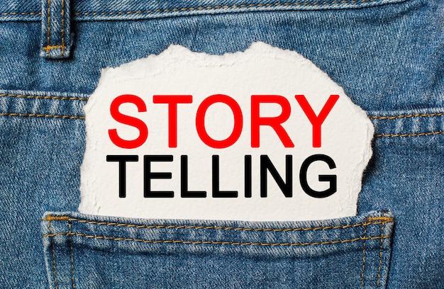 Contar histórias é o melhor marketing sobre fundo de papel rasgado no conceito de negócios e finanças de jeans