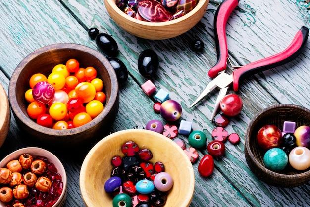Contas coloridas em bacias de madeira