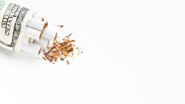 Contas com cigarros e cópia-espaço