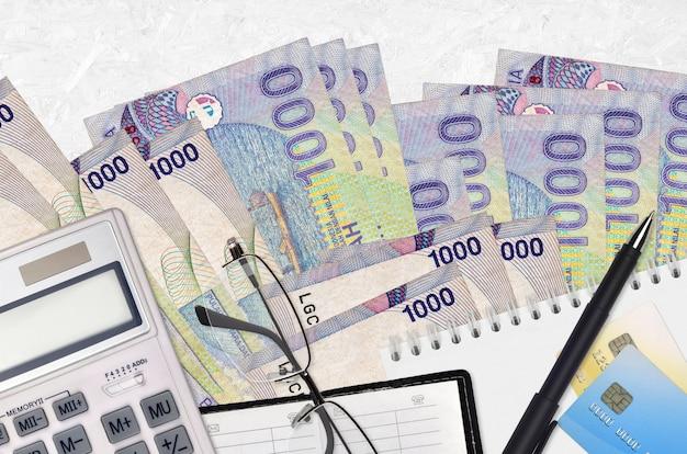 Contas da rupia indonésia em um fundo branco