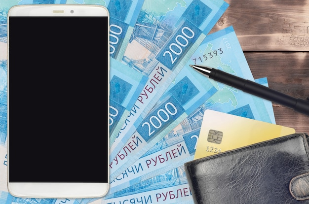 Contas de 2.000 rublos russos e smartphone com bolsa e cartão de crédito