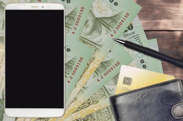 Contas de baht tailandês e smartphone com bolsa e cartão de crédito