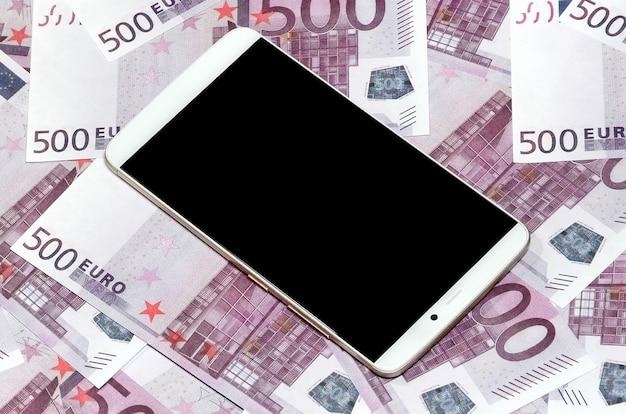 Contas de dinheiro de 500 euros roxas e um smartphone com preto