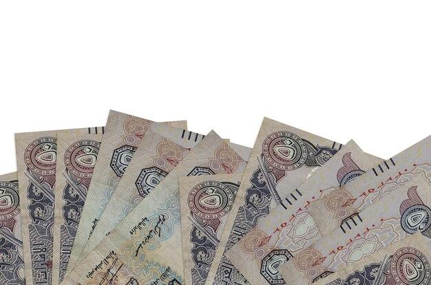 Contas de dirhams dos emirados árabes unidos em um fundo branco