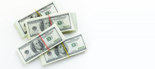 Contas de dólares americanos em pacotes em um fundo branco.