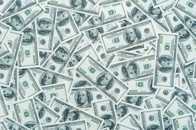 Contas de dólares americanos em um fundo branco.