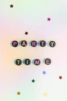 Contas de letras de palavras em horário de festa em pastel