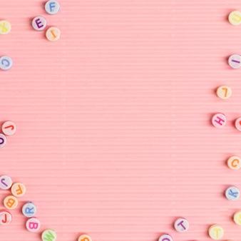 Contas de letras delimitadas por papel de parede rosa com espaço de texto