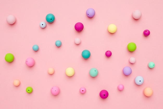 Contas de pastel coloridas. composição minimalista feminina