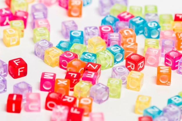 Contas de plásticas coloridas com letras