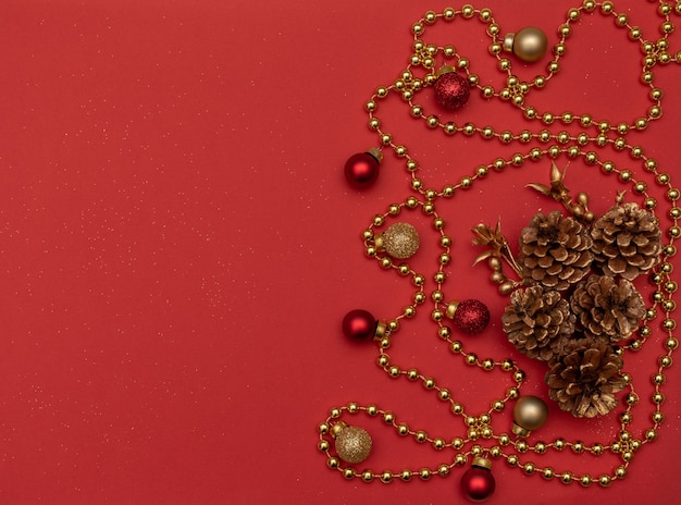 Contas douradas com pinhas e decoração de natal