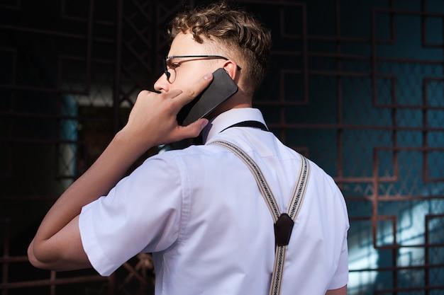 Contatos de negócios. homem falando ao telefone lá fora. estilo de vida agitado. vida urbana