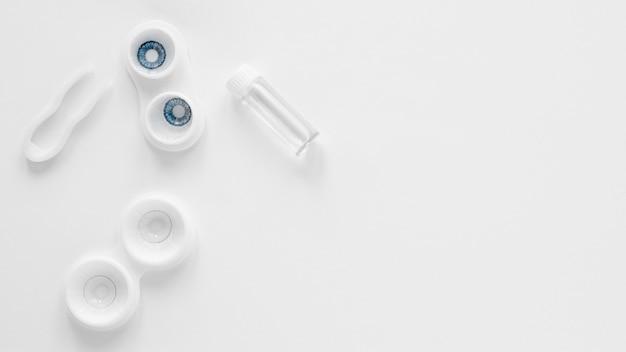 Contatos oculares em fundo branco, com espaço de cópia