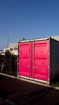 Contêiner de carga de metal fica na área portuária.