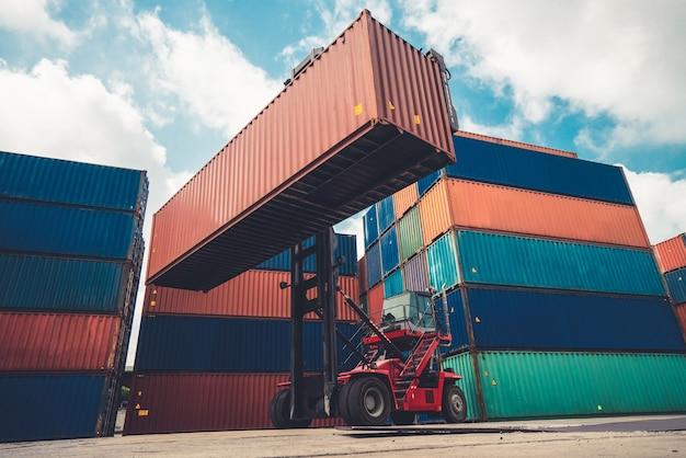 Contêiner de carga para embarque no exterior em estaleiro com máquina pesada.