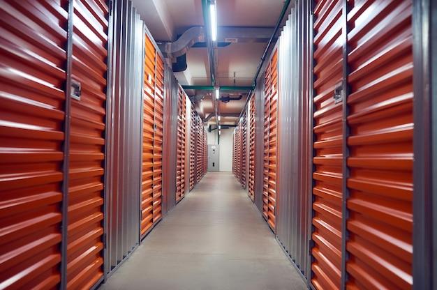 Contêineres de armazenamento fechados em armazém moderno