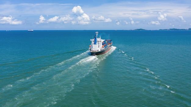Contêineres de carga de logística de negócios da indústria navio pela câmera do mar da vista aérea do zangão