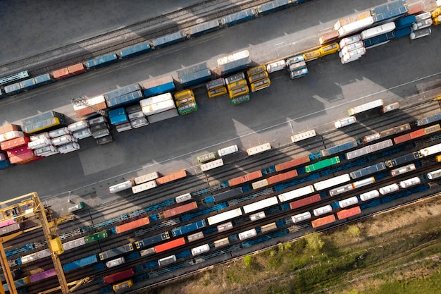 Contêineres e ferrovias acima da vista