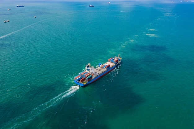 Contêineres enviam serviços de importação e exportação de empresas internacionais de transporte