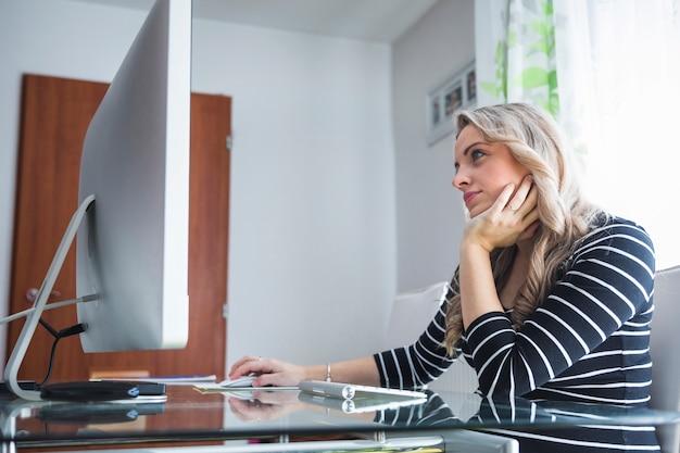 Contemplado jovem empresária sentado no escritório
