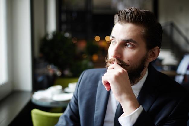 Contemplando no café