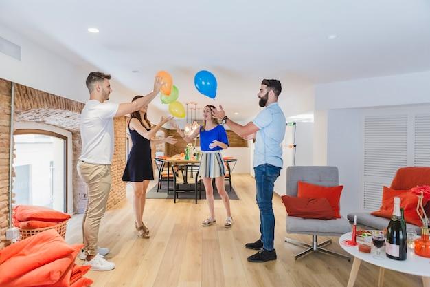 Conteúdo amigos brincando com balões