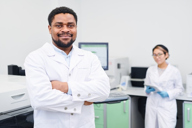 Conteúdo cientista médico afro-americano experiente