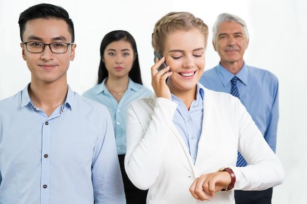 Conteúdo da equipe de negócios e gerente fala no telefone