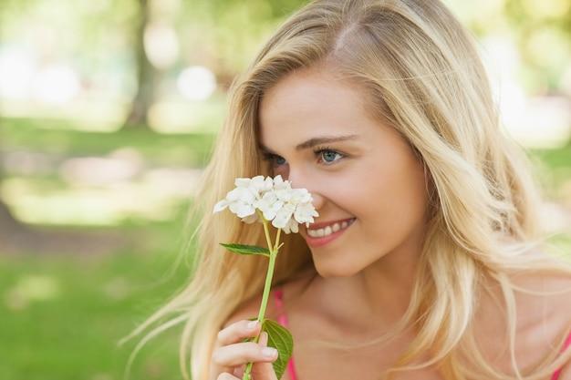 Conteúdo jovem com cheiro de uma flor branca