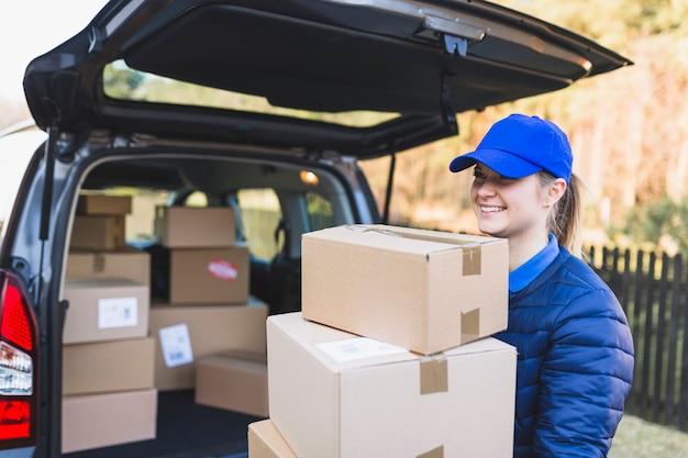 Conteúdo mulher carregando caixas