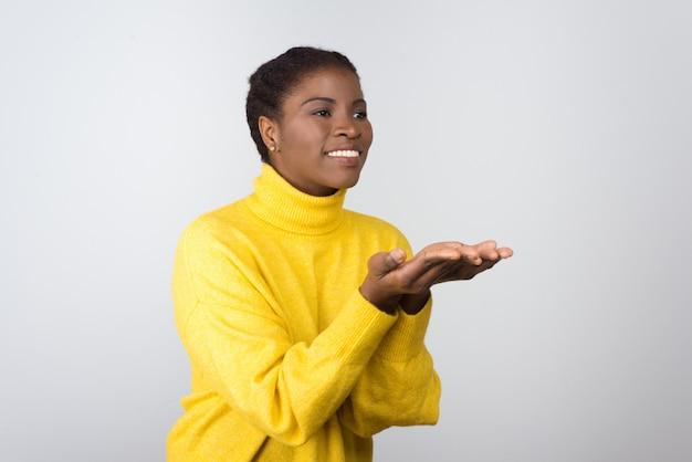 Conteúdo mulher mostrando as mãos e olhando de lado