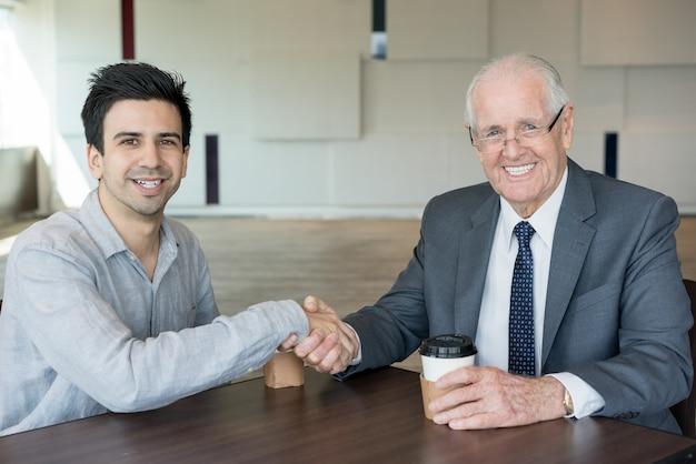 Conteúdo parceiros empresários confiáveis apertando as mãos