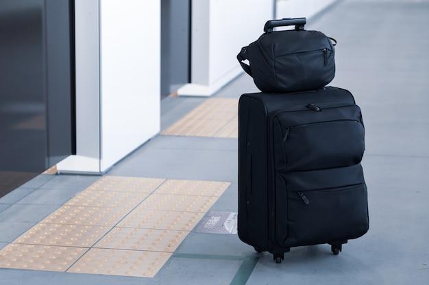 Continue bagagem esperando por atraso trem na plataforma