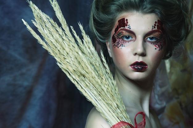Conto de fadas. teatro. mulher de vestido vermelho. fantástico penteado e maquiagem. fantasia.